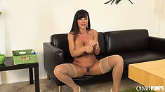 Athletic MILF with toned abs and big tits pops a squat in the nude
